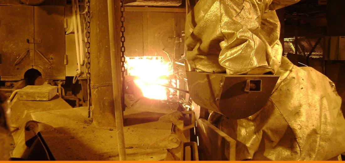 Robot para apertura y cierre de pasajes en hornos de fusión.JPG